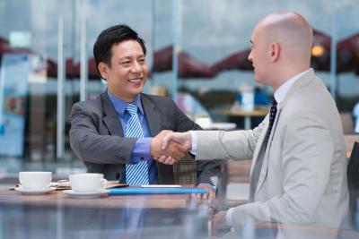 Business hand shake deal depositphotos 32650223 petit